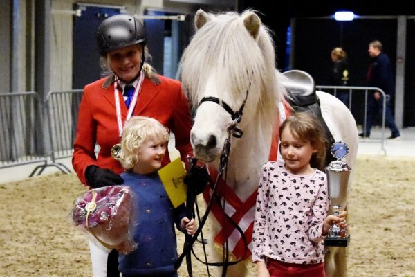 MCK3000 Sjóli and Happy Steffi and children 220220 V1 Victory